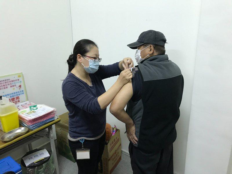 衛福部昨天恢復50至64歲成人流感疫苗接種,出現緩打,嘉義縣首日只有137人施打,出現緩打。圖/衛生局提供