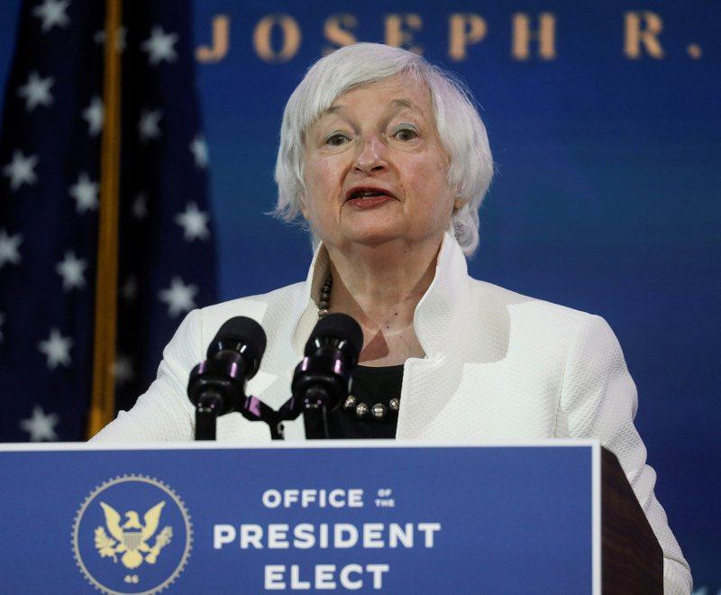 獲提名為美國下任財長的葉倫1日上台致詞。(路透)