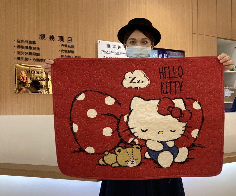 新竹SOGO指出,今年推出全台獨家Hello Kitty限定來店禮,每天都引爆搶兌風潮。圖/新竹SOGO提供