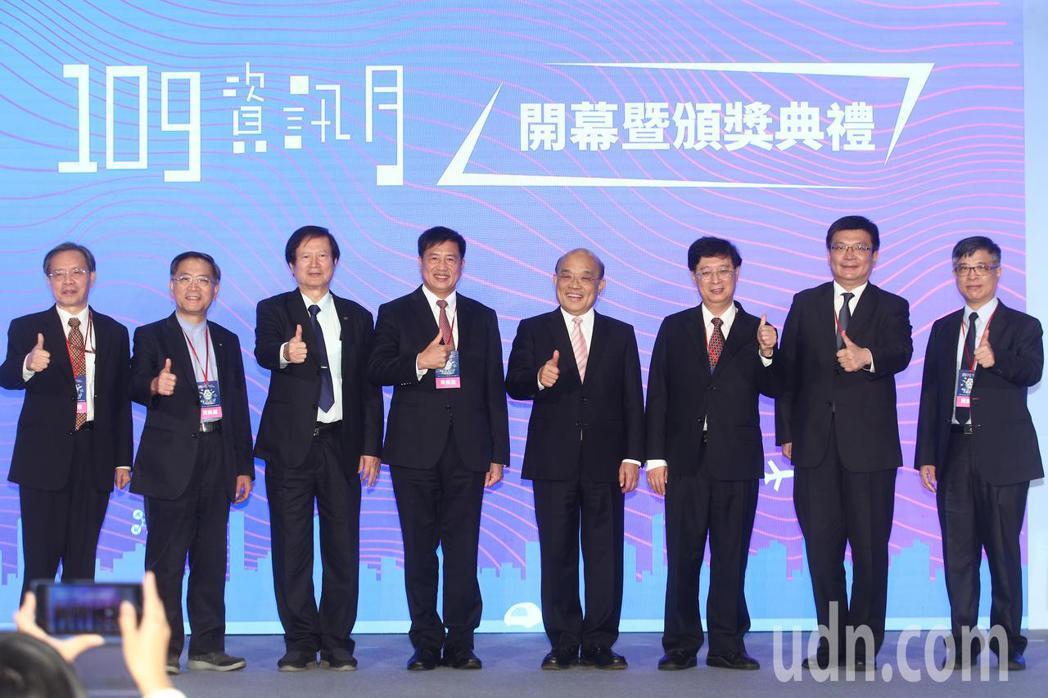 行政院長蘇貞昌(右四)上午出席資訊月啟動儀式。記者蘇健忠/攝影