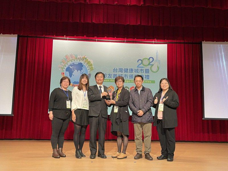新北市衛生局高齡及長期照顧科在「第11屆台灣健康城市暨高齡友善城市」獲得「高齡友善城市-無礙獎」,副局長高淑真(右三)帶隊上台領獎。圖/新北市衛生局提供