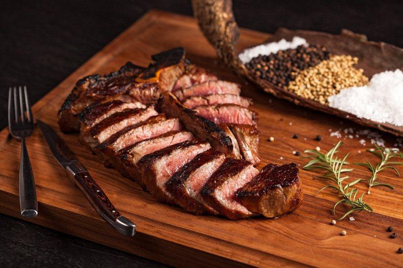 美國頂級厚切乾式熟成55天丁骨牛排。圖/美福牛排館提供