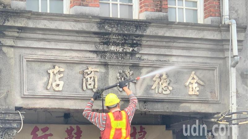 台南新化老街百年建築立面清洗後,舊招牌也重新煥然一新。記者吳淑玲/攝影