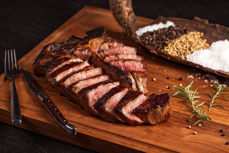 美國頂級厚切乾式熟成55天丁骨牛排。圖/美福乾式熟成牛排館提供。