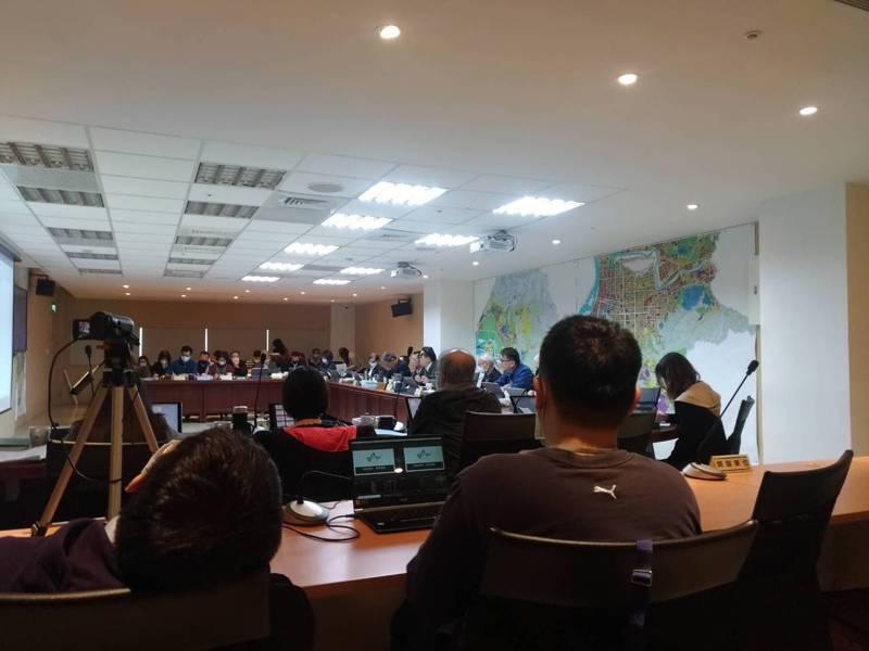 台北車站特定專用區C1/D1土地聯合開發案的首次環境影響評估審查,環評大會主席劉銘龍宣布,將由開發單位補件後擇期再審。記者林麗玉/攝影