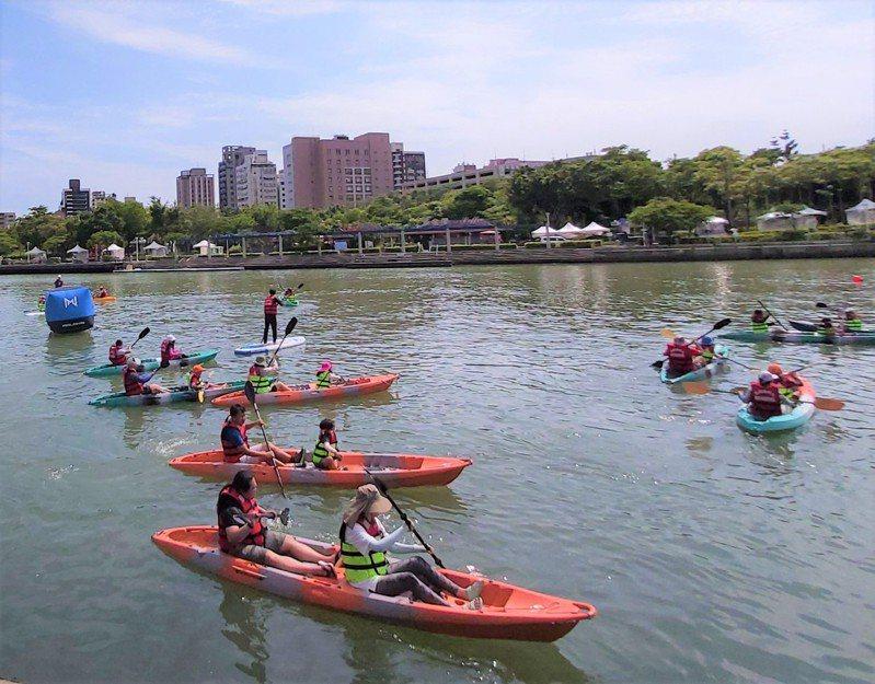 高雄市長陳其邁宣示要「還河於民」,開啟地方政府「水域解嚴」先例,但上路後仍有安全、水質等疑慮,距真正的親水還有一段路要走。圖/高雄市觀光局提供