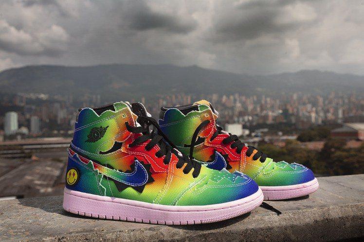 Air Jordan I x J Balvin聯名鞋,整體採用醒目的彩虹帆布,鞋...