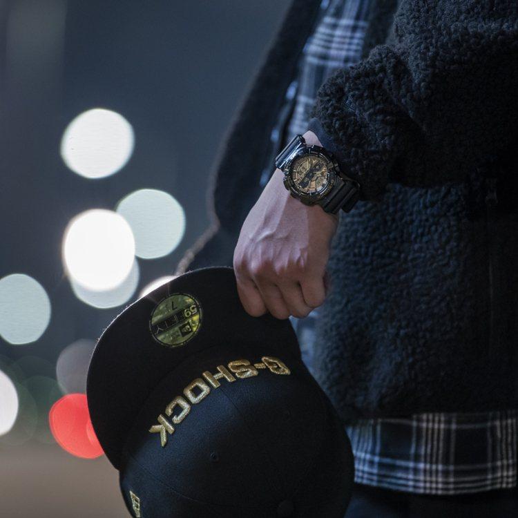 這一款表的表帶外層採New Era帽款的布料,而內層搭配近似凱莉綠的色調,呼應其...