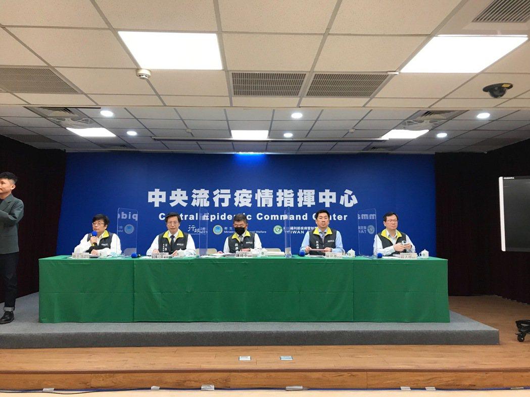 中央流行疫情指揮中心12月2日14:00記者會出席名單由左到右疫情監測組組長周志...