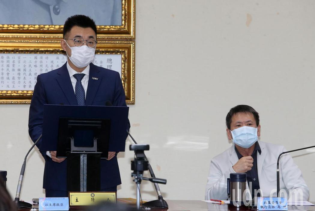 國民黨今天舉行中常會,由黨主席江啟臣(左)主持。記者胡經周/攝影