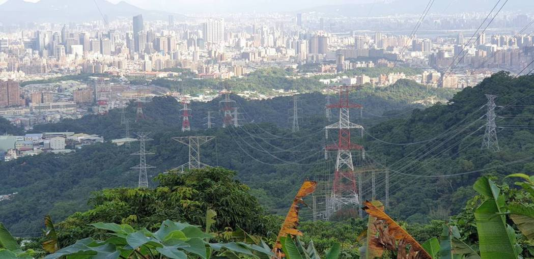超一路「345kV板橋_龍潭線」更新擴建後,可大幅提升北部地區供電品質及穩定度。...
