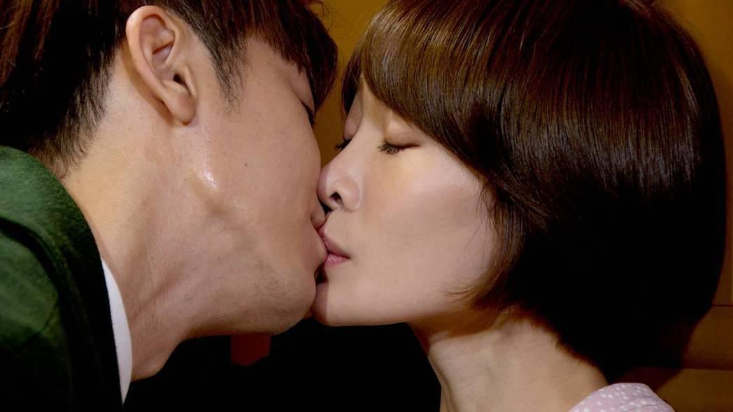 李國毅(左)和李亦捷在「廢財闖天關」中祭出吻戲。圖/三立提供