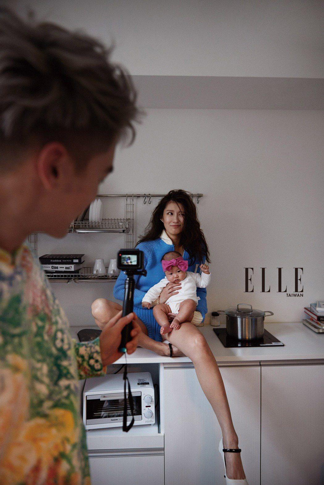 許孟哲與趙孟姿帶女兒拍攝雜誌。圖/ELLE提供