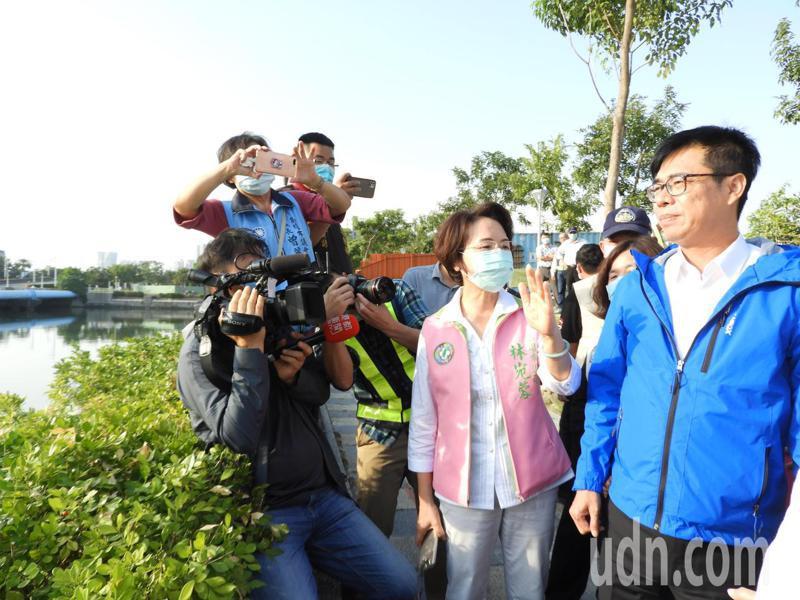高雄市長陳其邁(右)今午視察新建的凱福車行橋,要求明年如期如質完工。記者王昭月/攝影