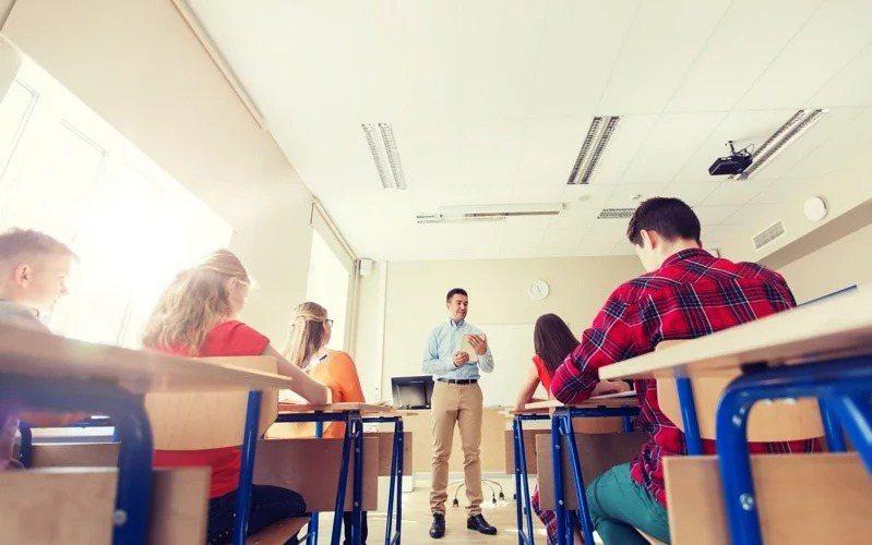 呼應多個新興科目,教育部鼓勵教師透過進修取得第二專長,期盼一師任教多科。示意圖/ingimage
