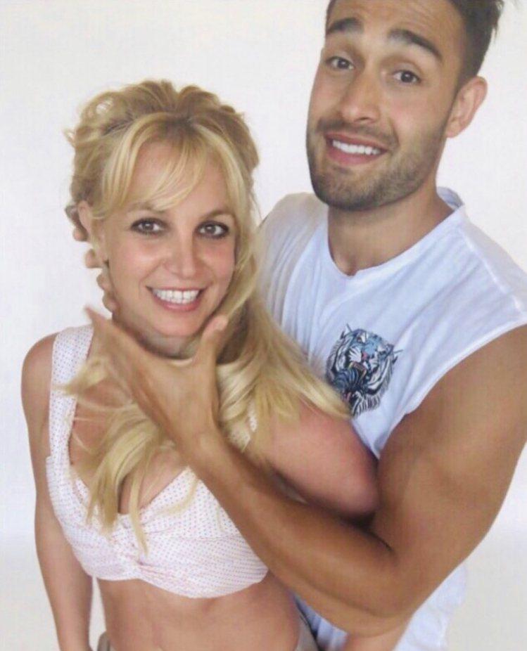 布蘭妮慶祝39歲生日,小12歲的舞者男友山姆阿斯加利也獻吻祝賀。圖/摘自IG