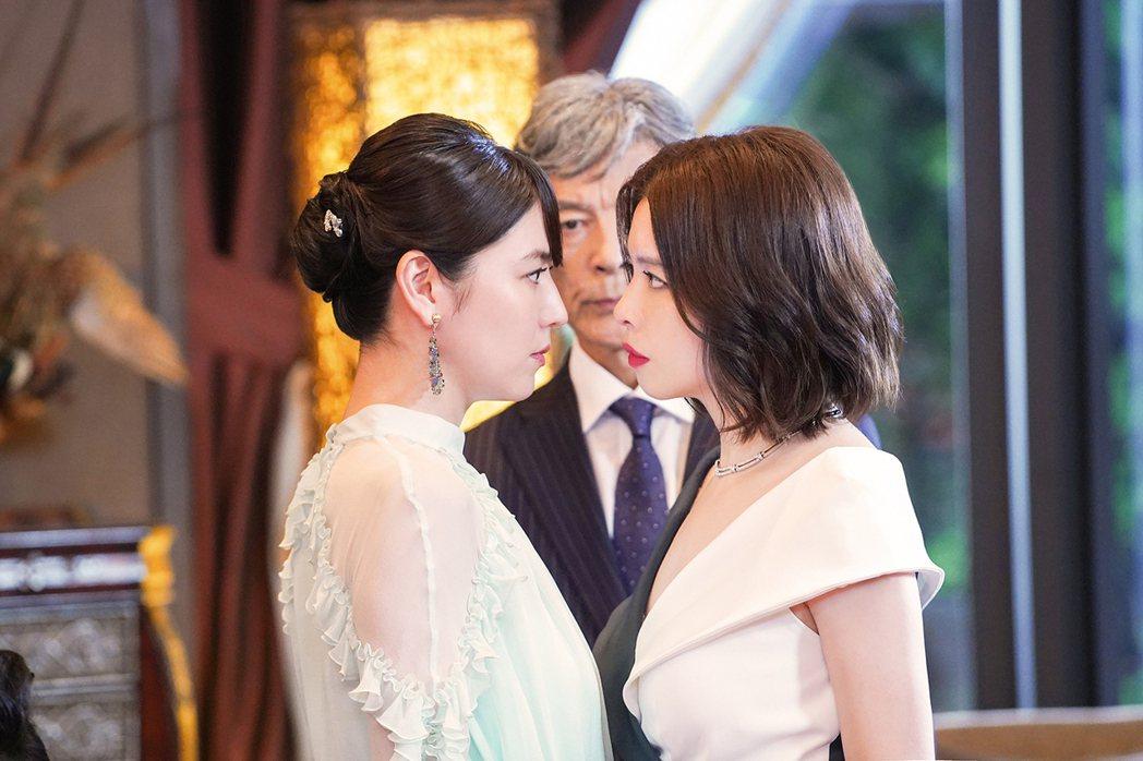 徐若瑄(右)、長澤雅美(左)在「信用詐欺師JP:公主篇」美艷對決。圖/海樂提供