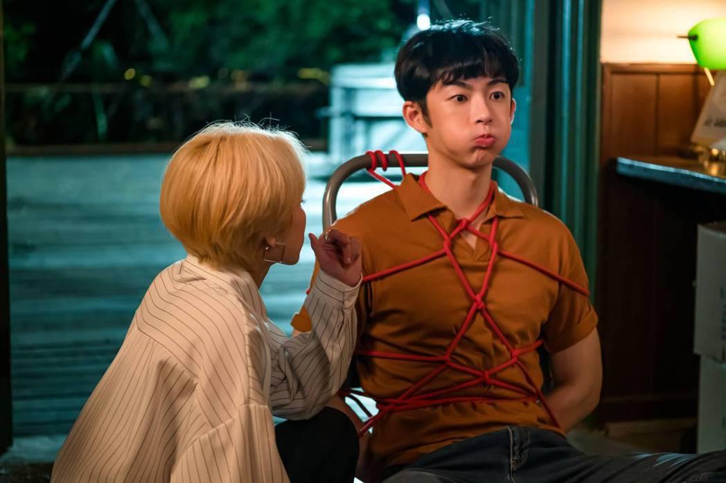 蕭子墨(右)在「不讀書俱樂部」中因走不出失戀,被五花大綁調教一番。圖/双喜電影提
