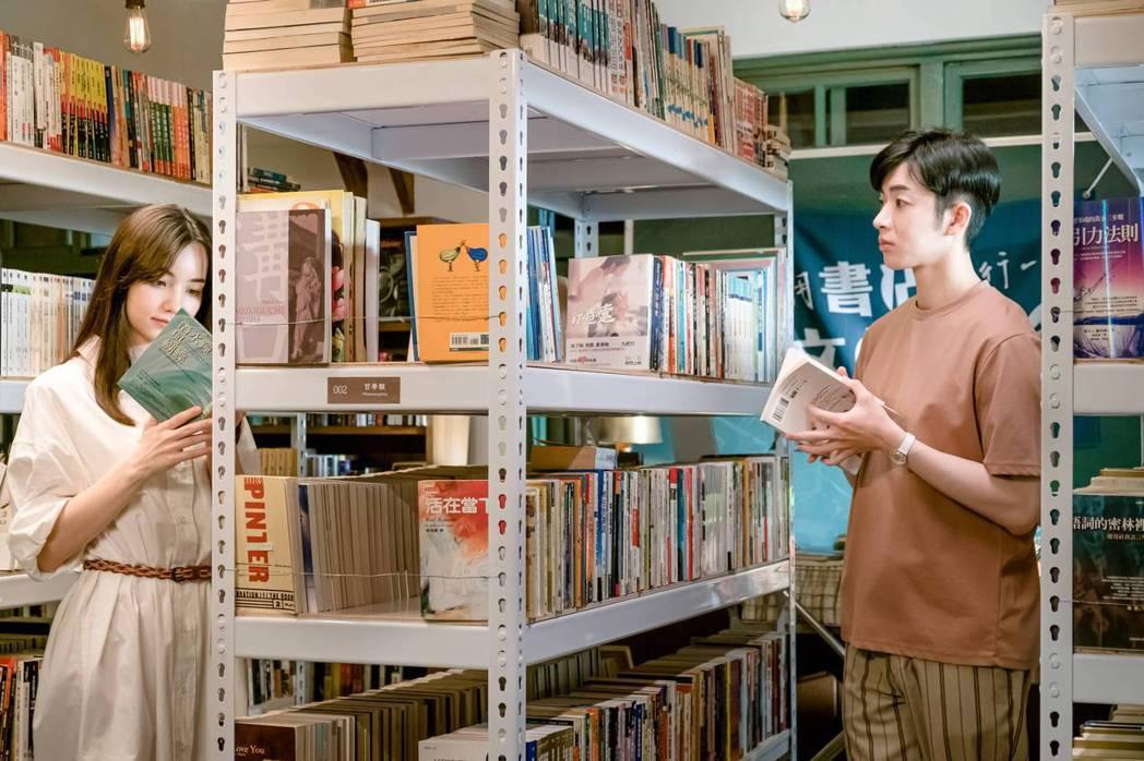 蕭子墨(右)在「不讀書俱樂部」中,開書店等待飾演女友的黑嘉嘉回來。圖/双喜電影提...