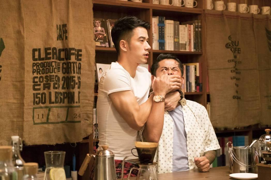 JR紀言愷(左)、張再興演出「不讀書俱樂部」。圖/双喜電影提供