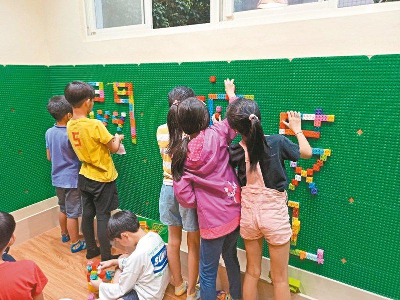 國小課後照顧班不僅協助學生完成課後作業,也有團康體能遊戲。圖/托育政策催生聯盟提供