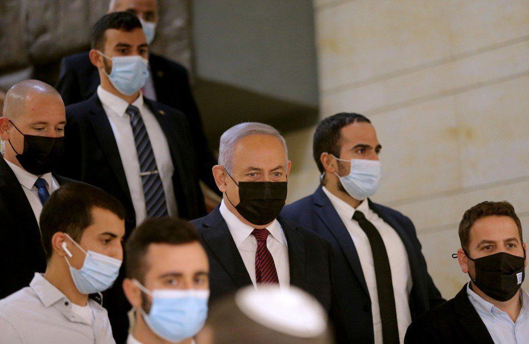 以色列總理內唐亞胡(中)2日抵達國會。法新社