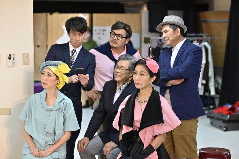 舞台劇「明星養老院」明登場,大明星學直播的橋段相當有趣,演員們專注彩排,要呈現最佳狀態。圖/金星文創提供