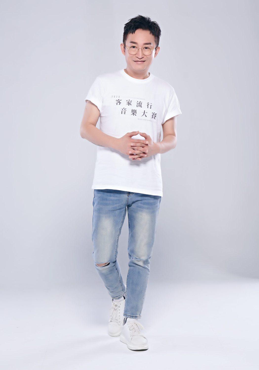 徐哲緯陸續推出客語單曲「臨暗supermarket」、「做工的人」。圖/新視紀整