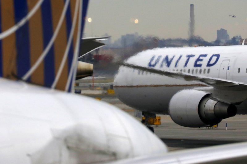 美國藥廠輝瑞與德國生技公司BioNTech合作研發的疫苗,將透過美國聯合航空進行首批包機配送。 路透