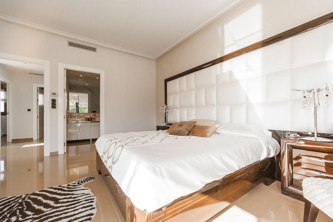 床頭靠窗也是常聽到的禁忌,但有些時候居家格局很難避免,一般常見做法為更換方向或是...