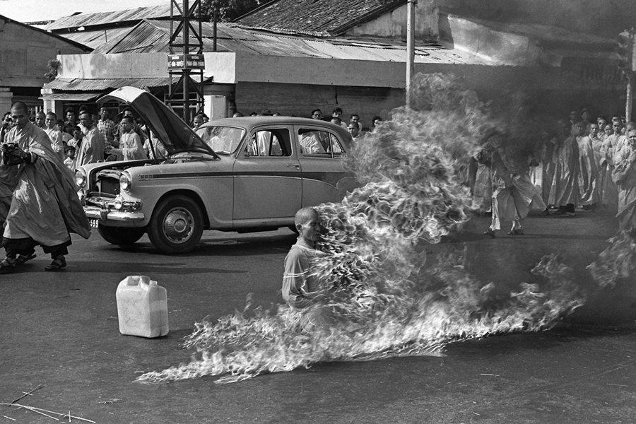 1963年6月11日的西貢(今胡志明市)街頭,釋廣德盤腿坐著,被事先安排好的五加侖汽油淋上,然後點火。 圖/美聯社
