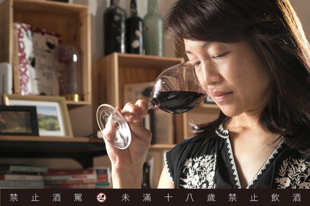 楊仁亞堅持顧好每個細節,讓威石東的葡萄酒擁有穩定品質。記者陳立凱/攝影<br><...