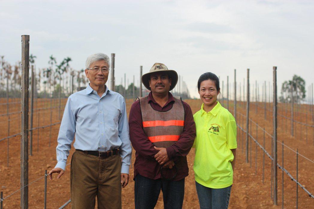 楊文彬(左)與楊仁亞(右)父女跟著專家從零學起。圖/威石東提供