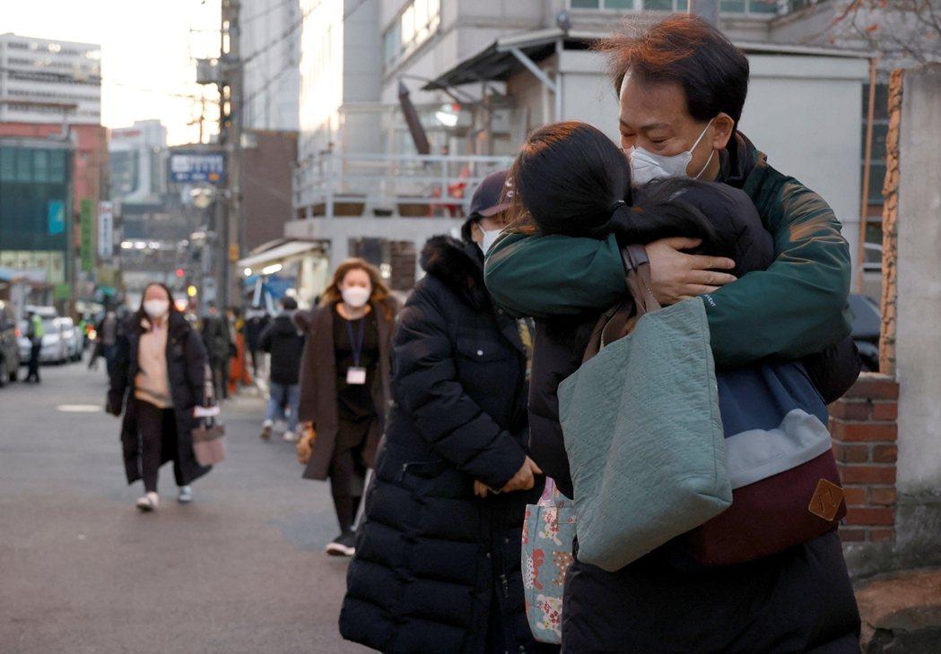 圖為替考試女兒送行的爸爸。 圖/路透社