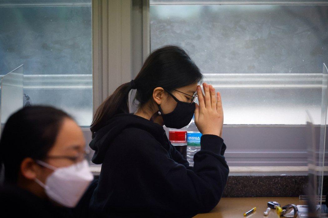 12月3日是年南韓聯考應試日,49萬名考生將在短短8小時的馬拉松式考試裡,求取好...
