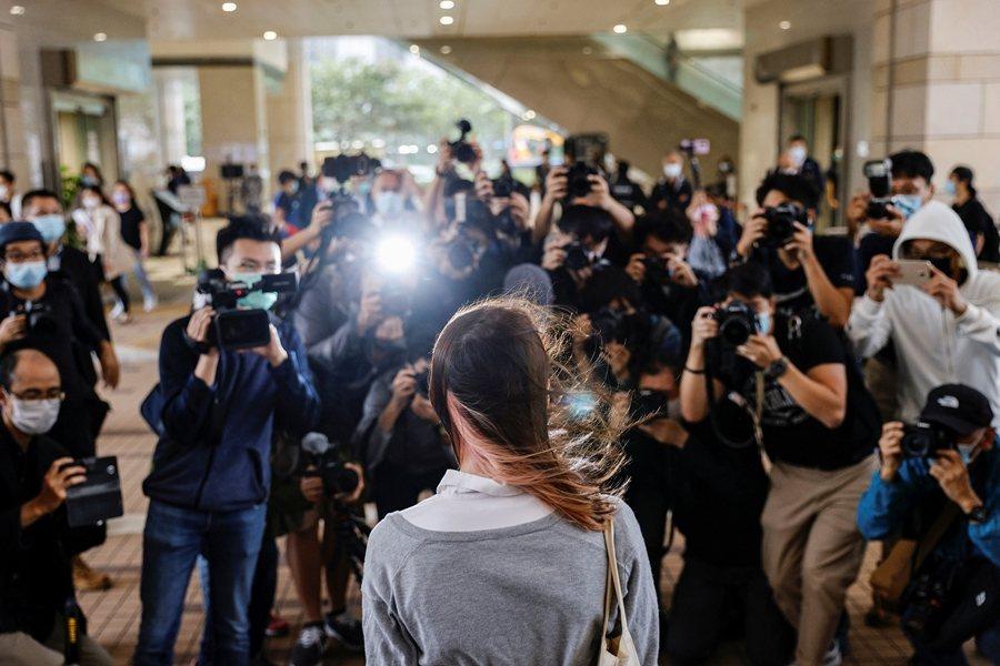 香港的抗爭與犧牲前仆後繼,國家暴力鋪天蓋地接踵而至。圖為香港眾志成員周庭於11月23日出庭。 圖/路透社