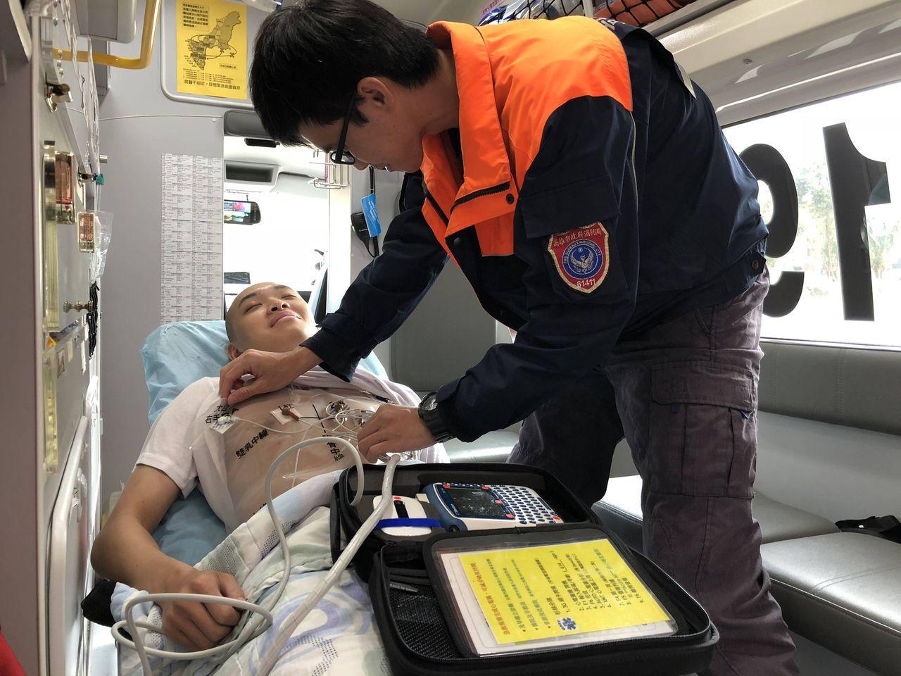 模擬示意圖,消防員為胸痛患者進行心電圖檢查。 圖/徐白櫻 翻攝
