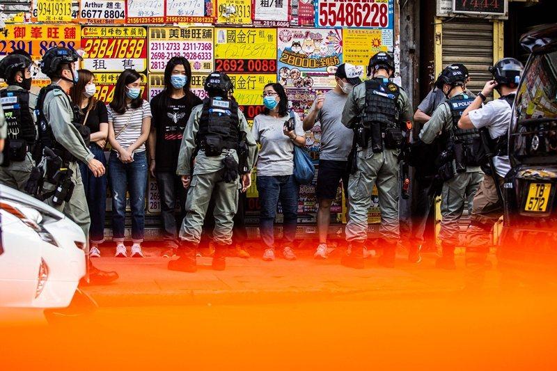 此書記錄了香港人抗爭暴政的日常與緊急事態,圖為6月28日警方阻止民眾前往反國安法遊行。 圖/法新社