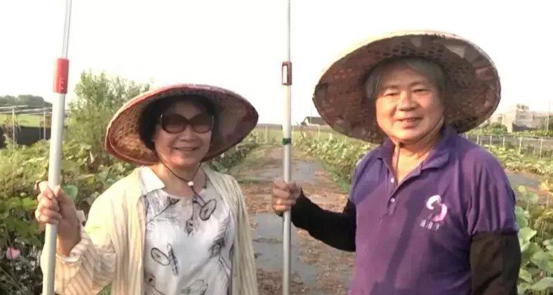 嘉義縣68歲國小退休校長周炳志(右)與同樣教職退休妻子李宜蓉(左),回家鄉新港鄉...