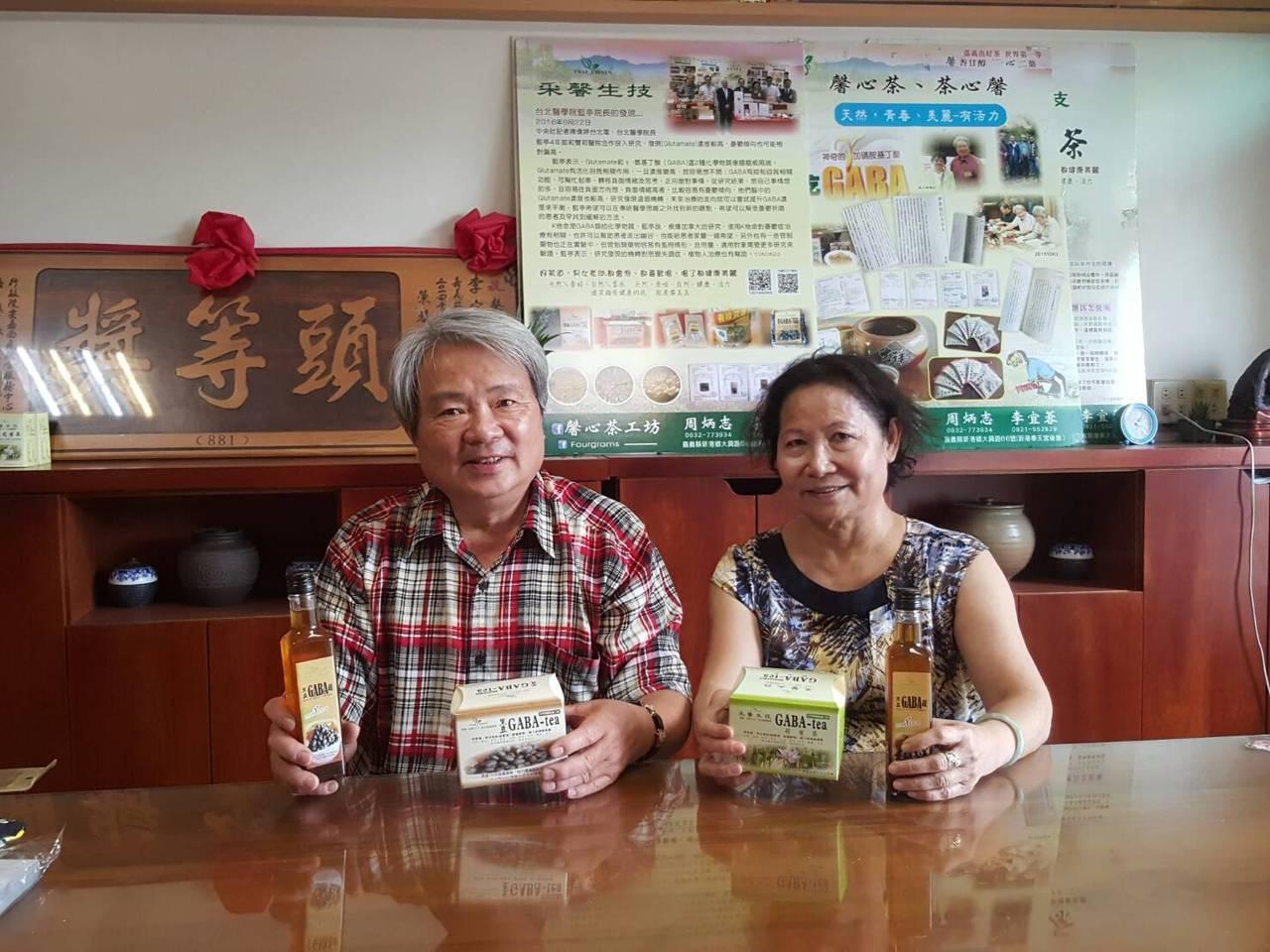 退休校長周炳志(左)重視養生,自己打造無毒栽種的有機農場,也投身有機食品的研發。...