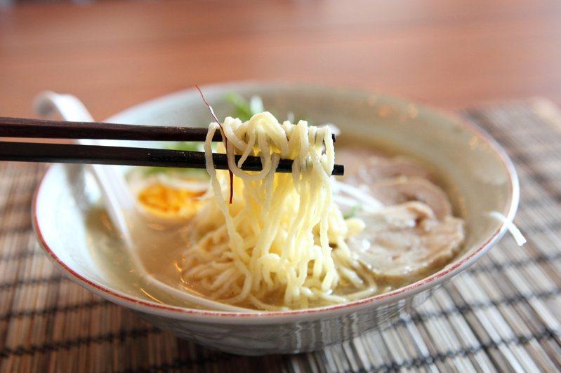 有網友好奇「大家吃拉麵會加點白飯嗎」,貼文一出掀起眾人熱議。示意圖/ingimage