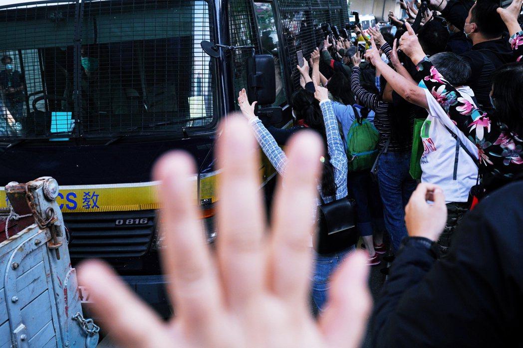 12月2日,前眾志三子黃之鋒、周庭、林朗彥因為去年621包圍警總案分別被判刑13...