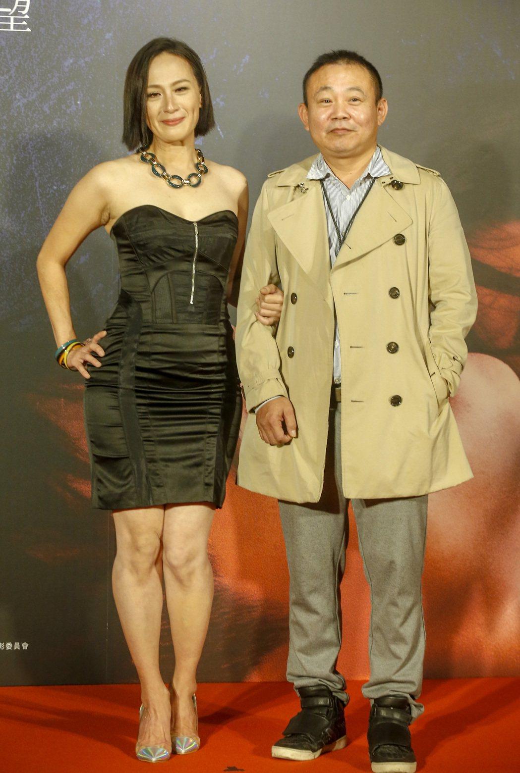 電影《親愛的殺手》在松仁威秀電影院舉行首映會,片中演員黃采儀(左)及鄭志偉(右)...