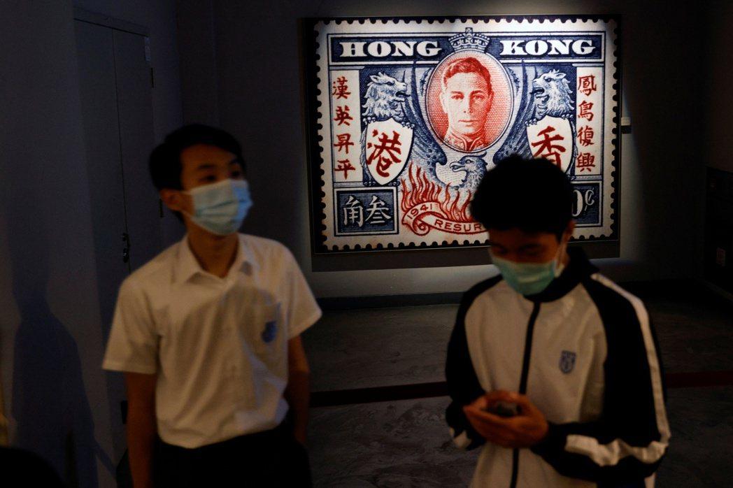 通識教育科在2009年成為香港高中的必修科目,考核學生對當下世情的理解和分析,十年後卻成為中國官媒口中煽動抗爭的「毒草」。 圖/路透社