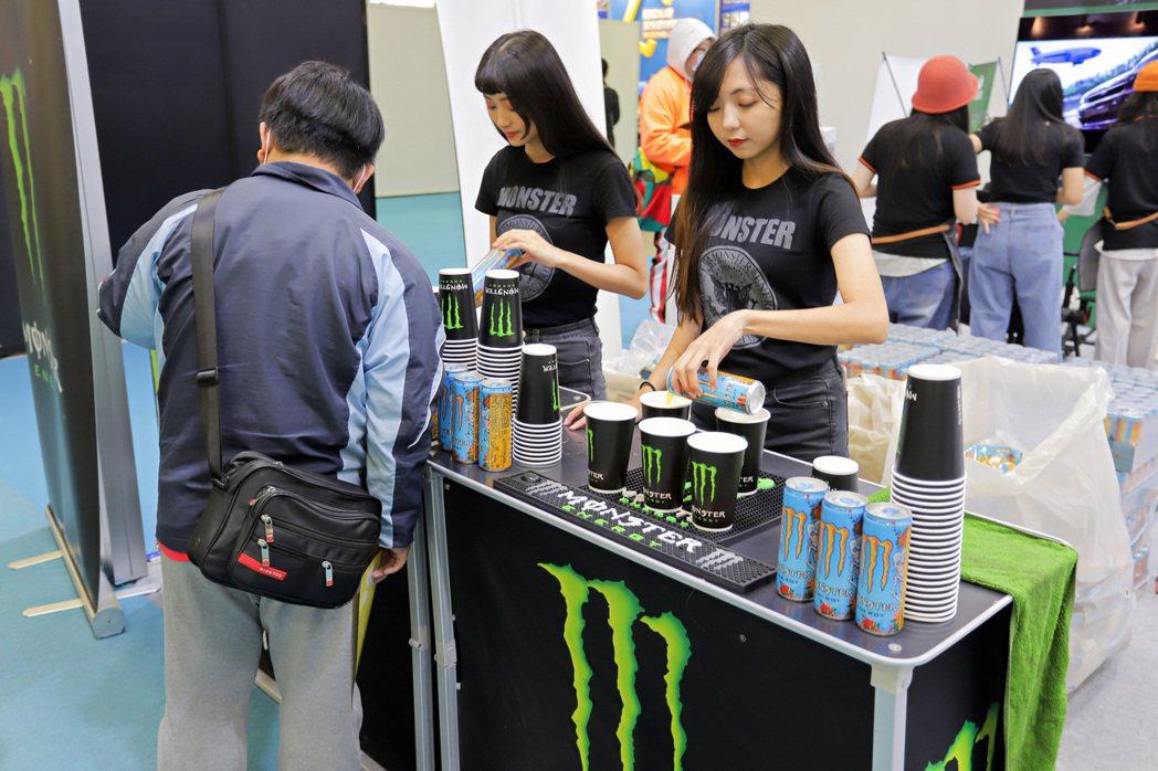 捷元與「Monster Energy」合作,現場提供特調飲品供參觀者免費試飲。 ...