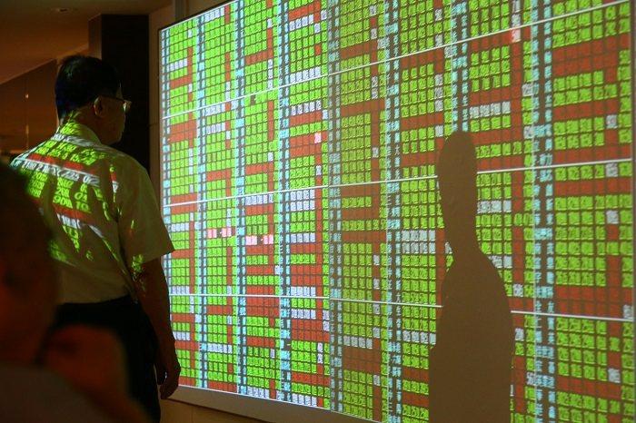 台股今終場下跌12.06點,收在13,977.09點,成交量達2,676.26億元。聯合報系資料照