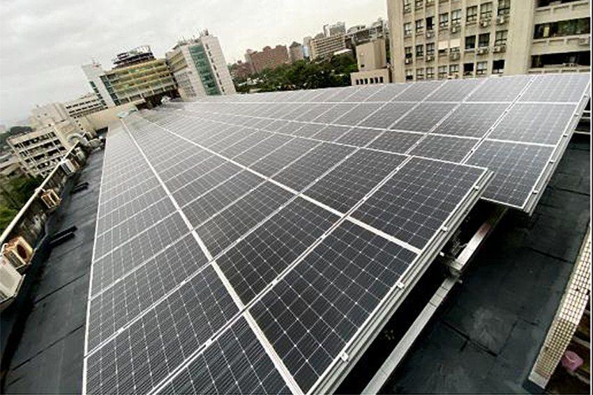 兼具頂樓降溫及綠能利用太陽光電發電系統。 臺科大/提供