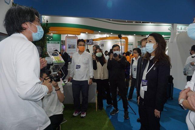 台塑生醫董事長王瑞瑜(右)蒞臨台塑健康樂活館聽取各項展出成果的簡報。 楊連基...