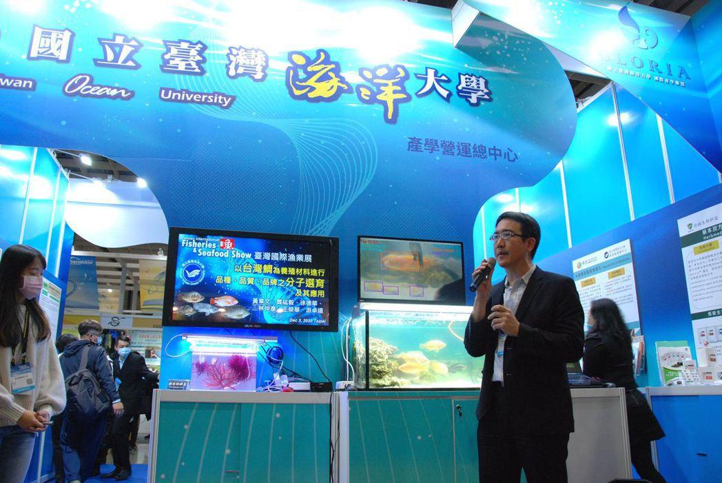 黃章文助理教授說明台灣鯛育種技術協助養殖朝向高值化發展。 楊鎮州/攝影