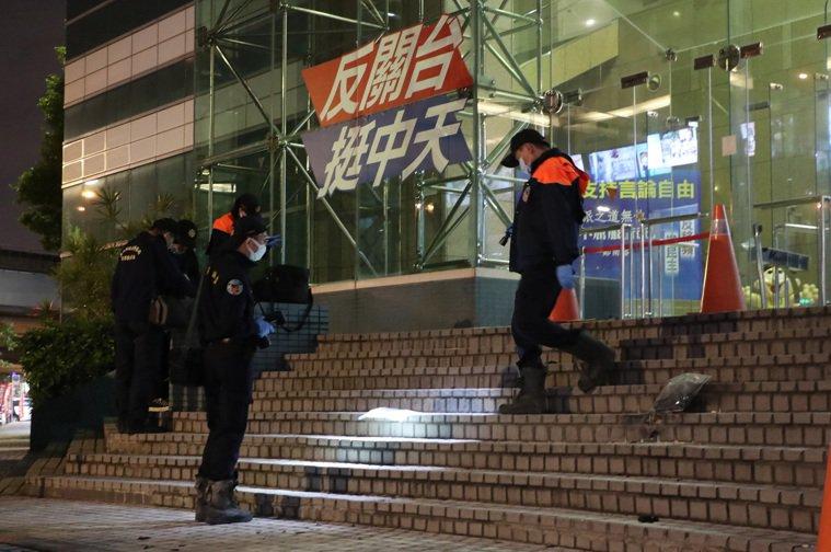 一名年約70歲男子昨天晚間7點多在中天電視台門口自焚,圖為警方與消防局事後趕往了...